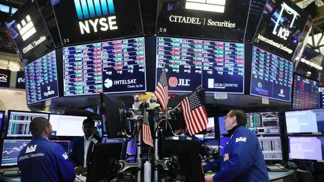 瑞銀認為聯準會限縮銀行股利、疫情升溫等兩大利空恐衝擊股市。(圖:AFP)