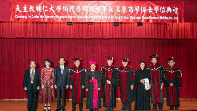 富邦金蔡明興(左四)獲頒輔仁大學名譽商學博士學位。(圖:富邦金控提供)