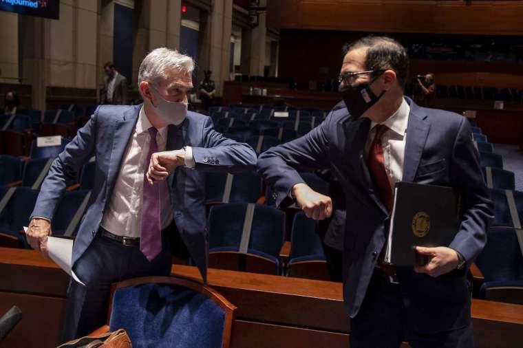 聯準會 (Fed) 主席鮑爾、美國財政部長梅努欽週二出席眾議院委員會聽證會 (圖片:AFP)