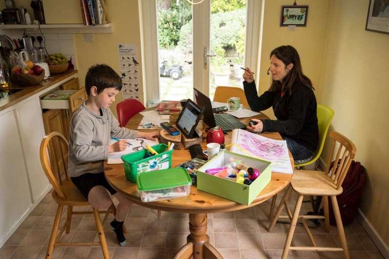 防疫期間,大眾居家工作與學習(圖片:AFP)