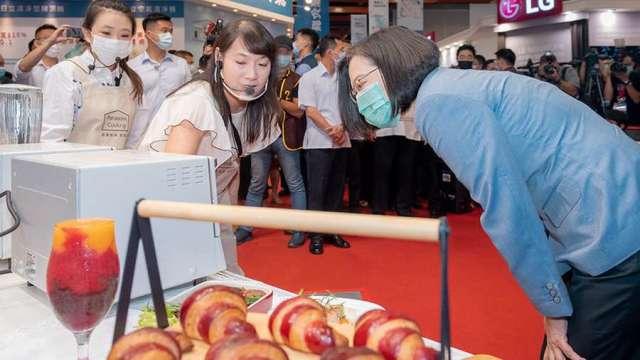 總統蔡英文今 (3) 日出席電器空調 3C 影音大展。(圖:總統府提供)