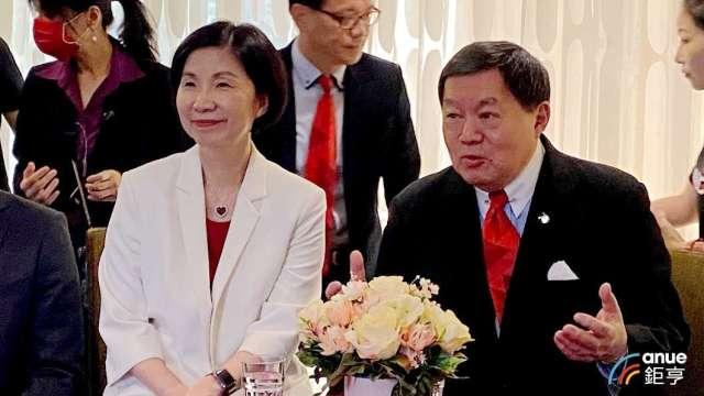 左為遠傳總經理井琪、右為董事長徐旭東。(鉅亨網記者沈筱禎攝)