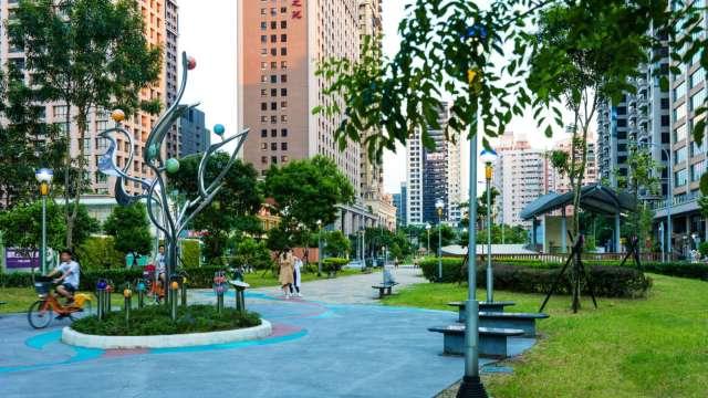 桃園豪宅的指標聚落中正藝文特區,獨有的綠園道景觀,有「小信義區」之稱。(圖/彥星提供)