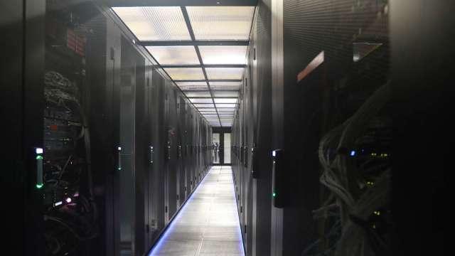 伺服器品牌廠開始調控庫存,DRAM下半年價格恐轉跌。(圖:AFP)