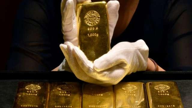 黃金創9年新高 高點喊到2000美元 可逢回分批進場低接。(圖:AFP)
