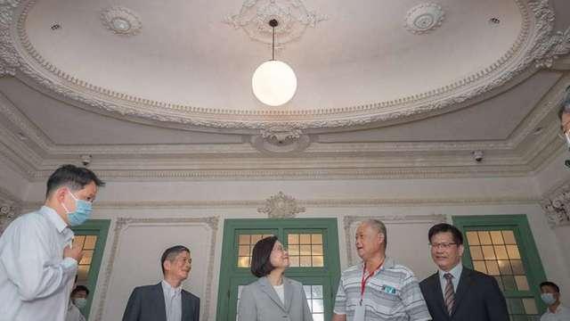 總統蔡英文(中)、交通部長林佳龍(右1)。(圖:總統府提供)