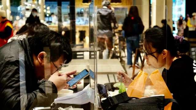報復性消費帶動住宿餐飲業復甦 全台無薪假單周驟降近6000人。(圖:AFP)