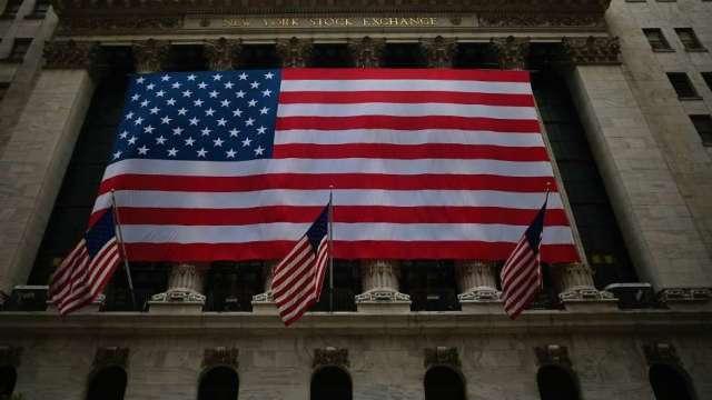 美股漲不停 但需擔心經濟再次因疫情封鎖(圖:AFP)
