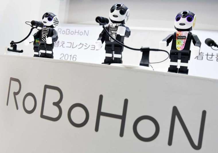 夏普的機器人手機「RoBoHoN」(圖片:AFP)