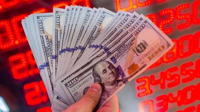 瑞銀認為,聯準會的量化寬鬆將讓美元貶值壓力加劇。(圖:AFP)