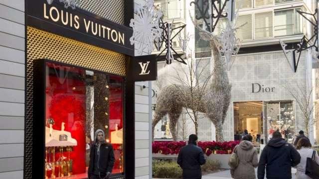 反制法國 美國威脅對13億美元手提包、美妝品課徵25%關稅 (圖:AFP)