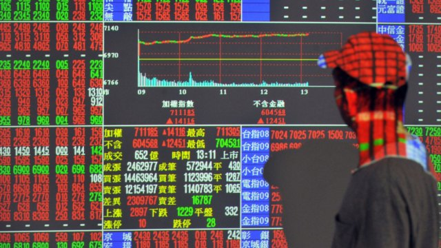 〈台股盤中〉電金傳產權值股同走強 大漲逾百點一度逼近12200點。(圖:AFP)