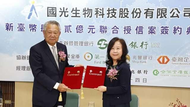 左為國光生董事長詹啟賢、右為土銀總經理謝娟娟。(圖:國光生提供)