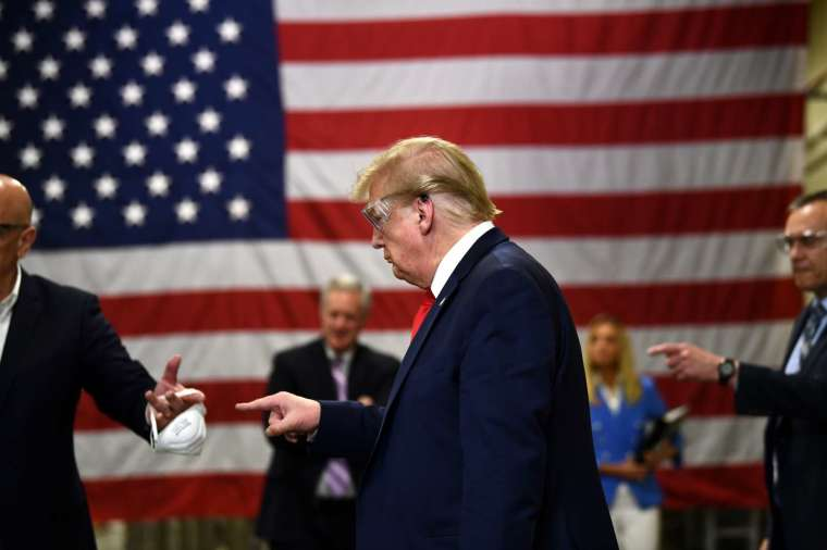 美國總統川普 5 月造訪霍尼韋爾工廠口罩產線。(圖片:AFP)
