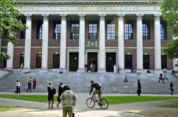 海外留學生約每年給美國經濟貢獻高達 450 億美元 (圖片:AFP)