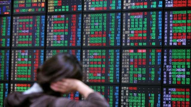 台股開高走跌,12300 點關卡得而復失。(圖:AFP)