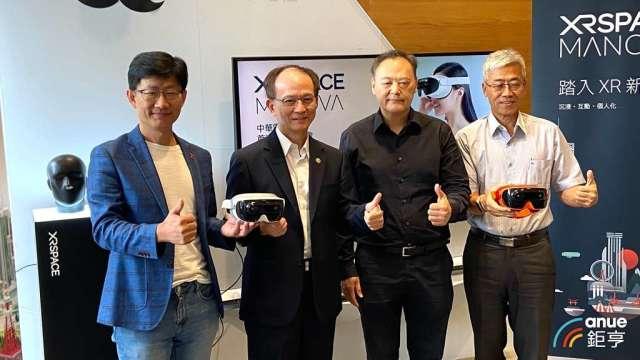 VR裝置中華電搶先上市,瞄準社群、展會商機。(鉅亨網記者劉韋廷攝)
