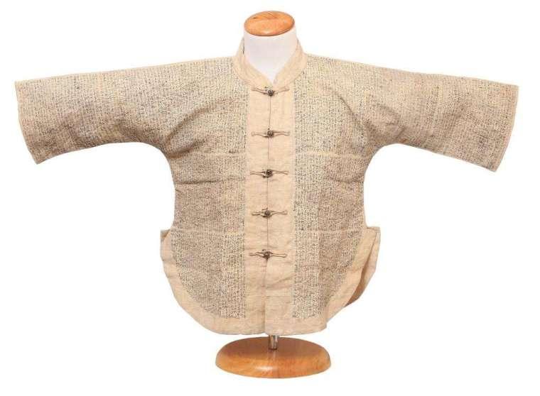 肩坎小抄,這件小抄衣寫滿密密麻麻的《孟子》,作弊也得練就一身好眼力。 圖片來源│潘思源