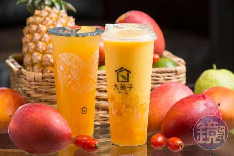 愛文芒果冰沙 Double Double(右,160 元/大杯),有著分量與香氣十足的新鮮芒果塊;喜歡清爽感的可選愛文翡翠 Double(左,85 元/大杯)。