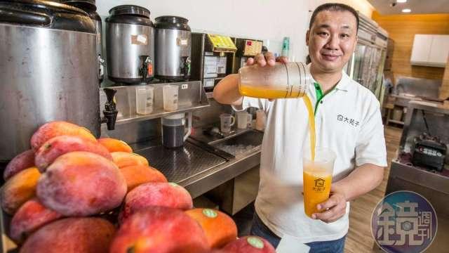 大苑子12年前轉型鮮果飲,董事長邱瑞堂靠堅守水果品質及數位經營雙管齊下,去年營收衝出18億元。(圖/鏡週刊)