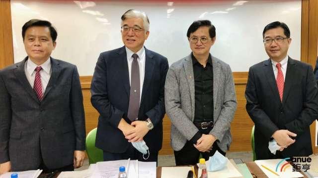 右二為和碩董事長童子賢、右三為鎧勝-KY董事長程建中。(鉅亨網資料照)。