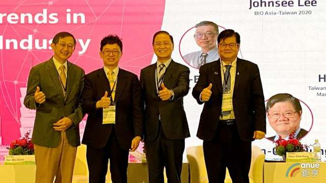 左至右為台灣研發型生技新藥發展協會理事長張鴻仁、科技部政次謝達斌、生物產業協會理事長李鍾熙及中研院院士洪明奇。(鉅亨網記者沈筱禎攝)