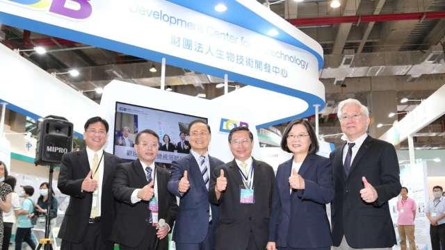 總統蔡英文參訪生技中心攤位。(圖:生技中心提供)