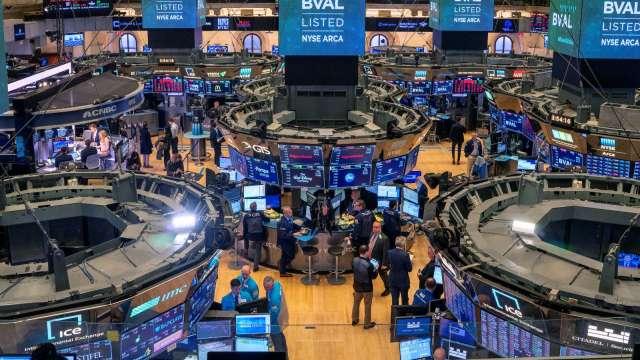 〈美股盤後〉微軟蘋果領跌 聯電ADR飆破13% 標普連四漲止步 (圖片:AFP)