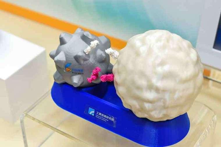 工研院所研發的「iKNOBEADS 仿生多突狀磁珠」,不同於市面上的圓球狀磁珠,首創全球獨家的多突狀設計,與人體內活化 T 細胞的「樹突狀細胞」相似。