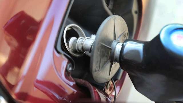 國內汽油價明起調漲0.1元、柴油不調整。(圖:AFP)