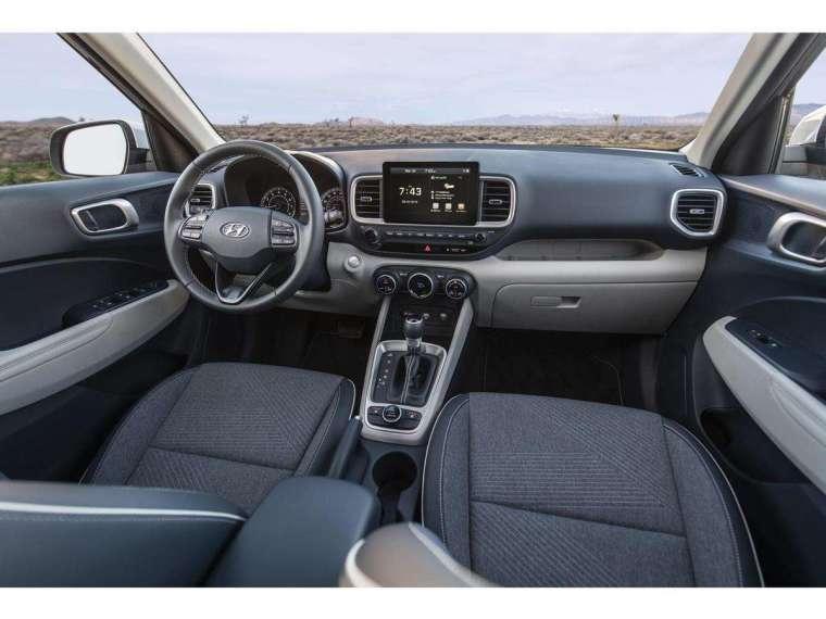 車室內由 8 吋懸浮式影音多媒體主機領銜,搭載 NAVI 導航系統以及 Apple CarPlayTM 和 Android Auto 行動裝置連結功能,並具備同級唯一的 6 種 Drive Mode 的 Off-road 輕越野駕馭模式。