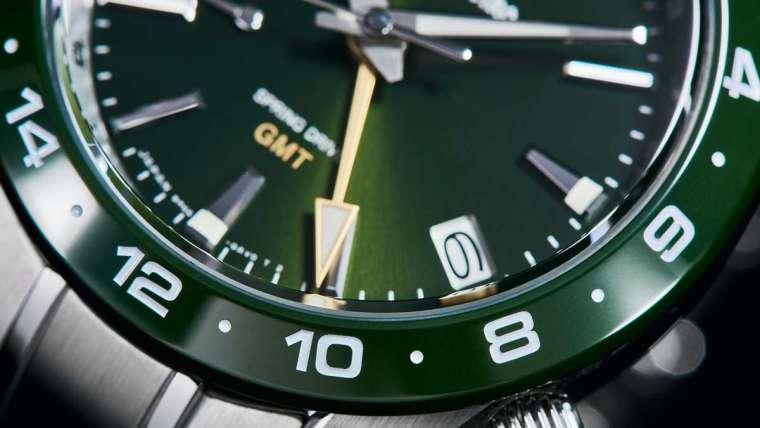 GMT 加上陶瓷圈是這次的重點,過去 GRAND SEIKO 曾出現過黑色和藍色陶瓷,這次則加入綠色陶瓷圈的嘗試,以抗刮耐磨的特性強化錶款性能。