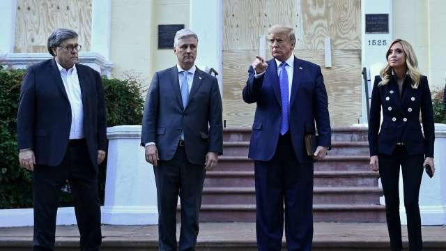 美國總統川普最親近的助手之一,白宮國家安全顧問 (左二) 驚傳新冠確診。(圖片:AFP)
