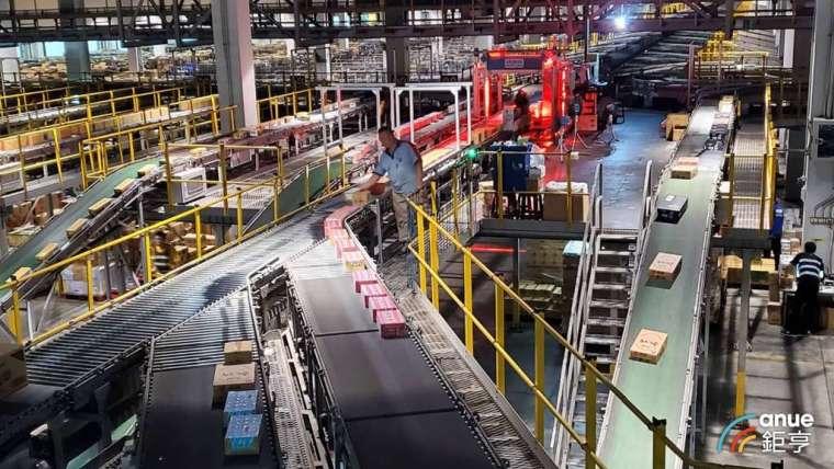 全聯打造台灣零售業最大的自動倉儲。(鉅亨網記者王莞甯攝)