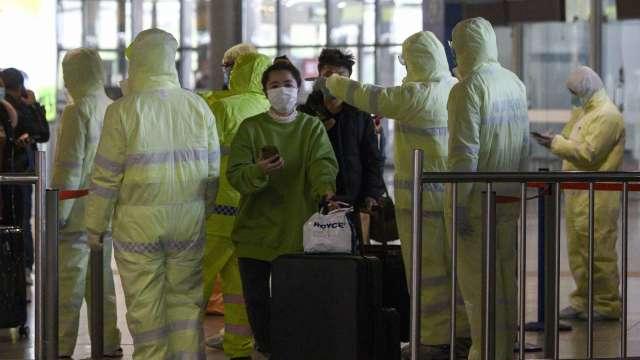菲律賓疫情嚴峻 4人搭同班機返台均確診。(圖:AFP)