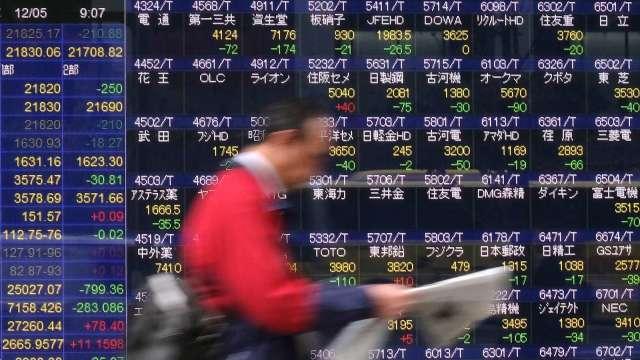 惠譽調降日本評級展望至「負面」、IDR維持「A」 (圖片:AFP)