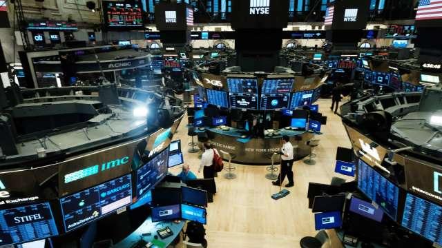 〈美股盤後〉Fed維持近零利率 鮑爾一句話激勵美股收紅。(圖片:AFP)