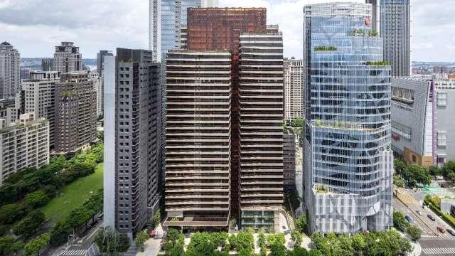 台中歌劇院夏綠地園道「丽格」外觀落架,蜂巢玻璃帷幕格窗驚豔台中天際線,與「宝格」、中信金台中大樓,形成大陸建設在七期的國際建築聚落街廓。(圖/彥星提供)