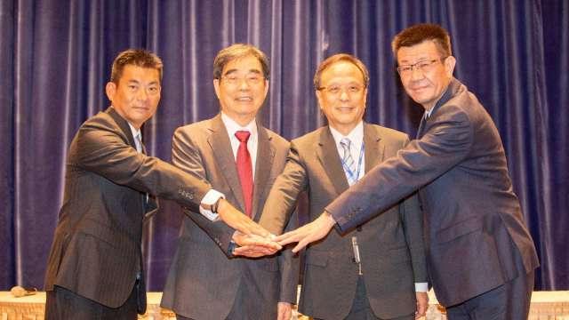 光寶科啟動二代接班 長子宋明峰(左二)接任董座。(鉅亨網資料照)