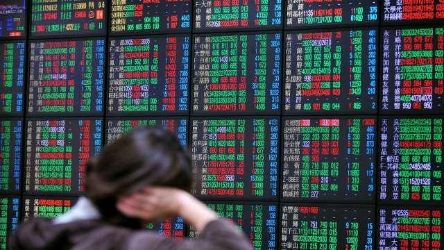 台股驚險守住5日線 跌58點收12664點。(圖:AFP)