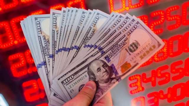 新台幣強升降低換匯成本,銀行也趁勢推美元優利存款吸金。(圖:AFP)