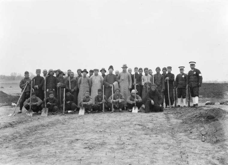 1928 年 8 月,董作賓在小屯村開坑發掘刻字甲骨片。1929 年春天,由李濟主持殷墟發掘工作,中研院史語所開始用近現代考古方法,開探發掘。圖為第十三次發掘全體員工。 圖片來源│中研院歷史語言研究所