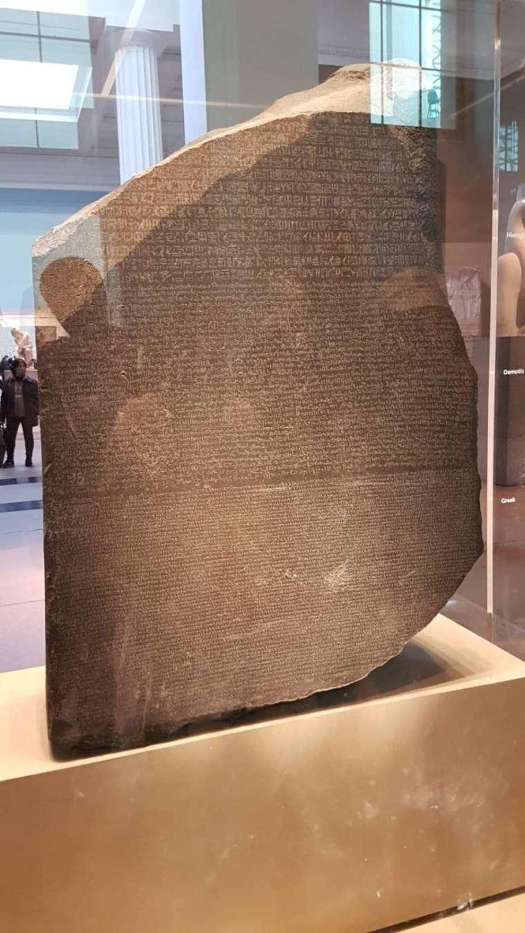 由於有助破解古埃及象形文字這種謎題般的事物,羅塞塔石碑也暗喻解決困難的關鍵線索或工具,比如歐洲太空總署(ESA)的太空探測器命名為羅塞塔號,透過此計劃破解太陽系生成的秘密。(圖:cc by 陳俊宏 Jimmy Chen)