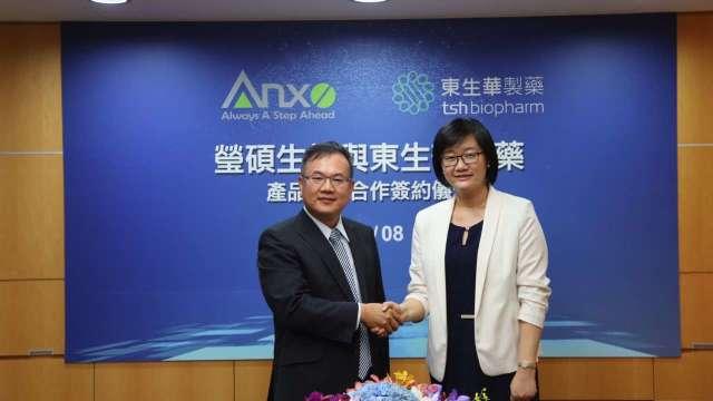 左為瑩碩生技董事長王建冶、右為東生華總經理楊思源。(圖:公司提供)