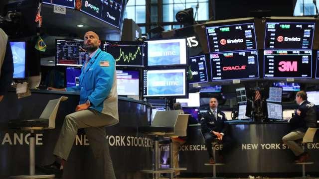 降評狂潮來襲 高收益債券還要續抱嗎?(圖:AFP)