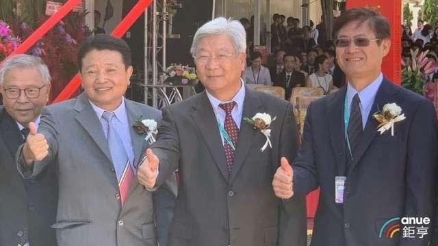 力成執行長暨總經理洪嘉鍮將於9月底退休(左二)。(鉅亨網資料照)