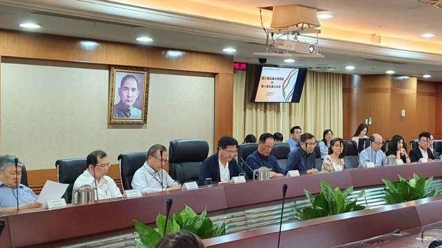 交通部長林佳龍日前親自主持「籌設觀光署諮詢小組諮詢委員會議」。(圖:觀光局提供)