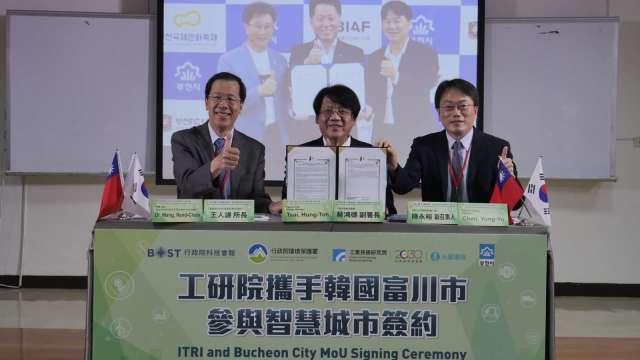 工研院攜韓國富川市簽環境物聯網MOU。(圖:環保署提供)