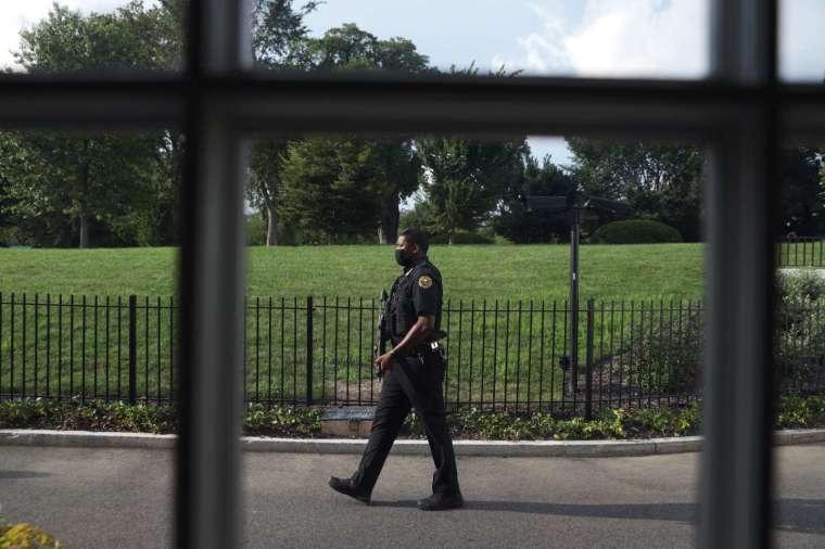 槍擊事件發生在白宮外圍牆附近 (圖片:AFP)