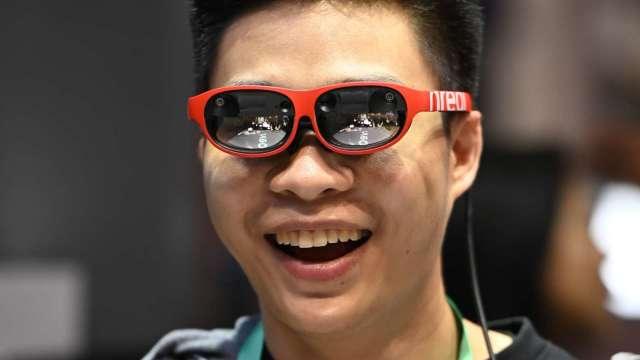 LG U+與高通、Nreal合作 推出僅重88克的AR眼鏡 (圖片:AFP)